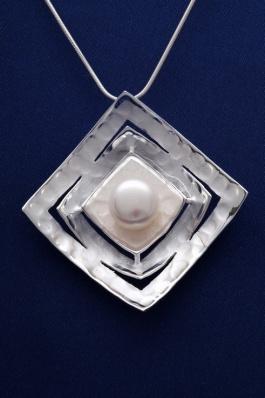 Stříbrný přívěsek s perlou PVP005